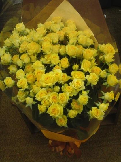 黄色のミニバラいっぱいのブーケのイメージ