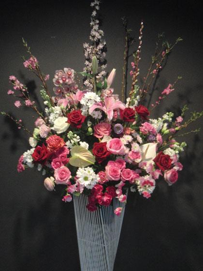 ピンク・赤系 スタンド花のイメージ