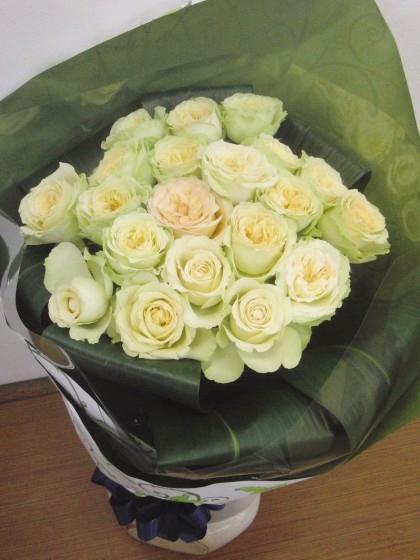 白バラのブーケ風花束のイメージ