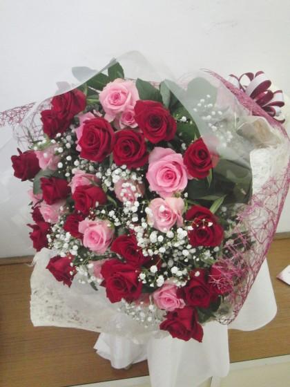 赤バラとピンクバラのミックス花束のイメージ