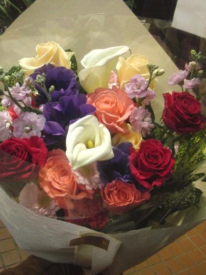 カラー入りの品の良い花束のイメージ