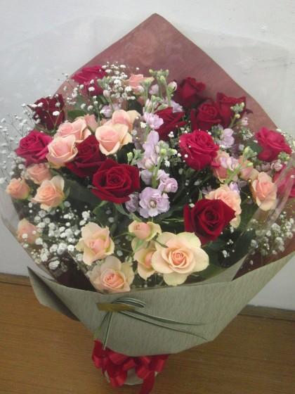 赤バラメインの大人っぽい花束のイメージ