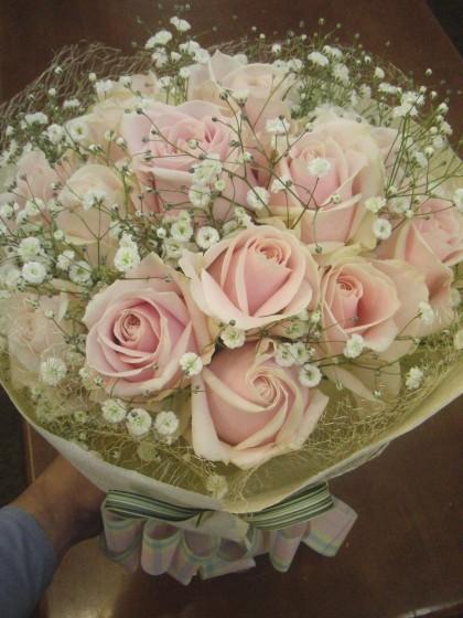 淡いピンクのブーケ風花束のイメージ