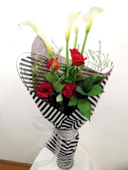 季節の花瓶付き花束のイメージ