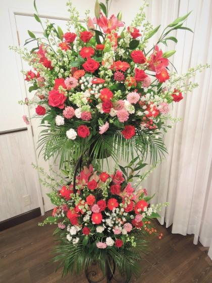 お祝いスタンド花2段(赤・ピンク系)のイメージ