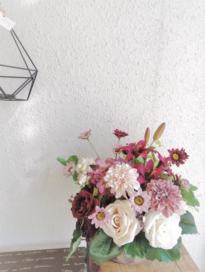 クリーム色のバラと紫のユリが可愛いアートフラワーアレンジ AT-61のイメージ